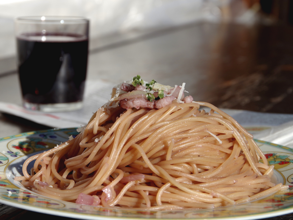 Spaghetti al vino con pancetta